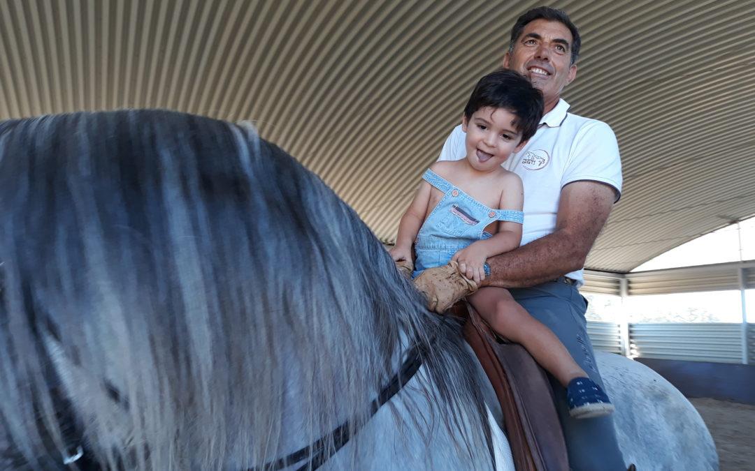 Inculcando amor por los caballos desde la más tierna infancia.